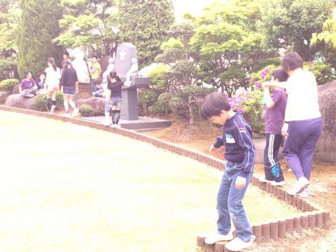 中庭、芝生での遊び