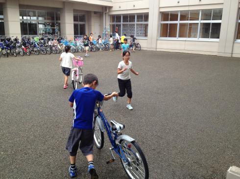 自転車を中庭に移動
