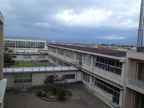 梅雨空 校舎西側風景