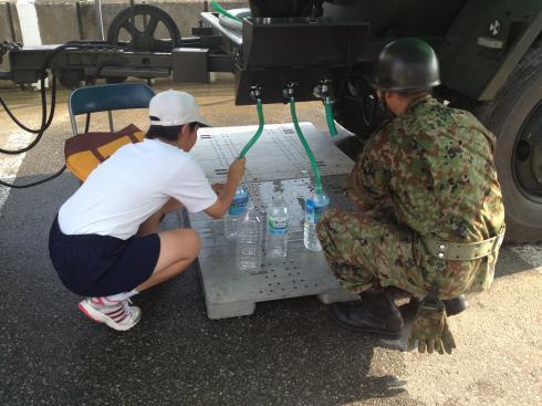 中学生の給水ボランティア