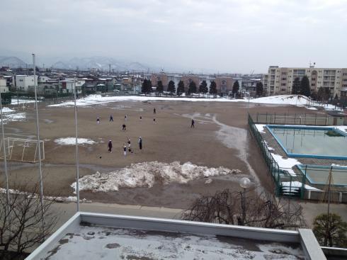 グラウンドの雪が消え始めました