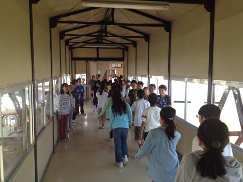 渡り廊下でのあいさつ運動